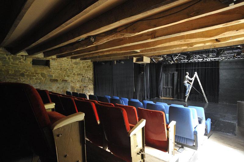 salle-de-spectacle-fenetre-couverte